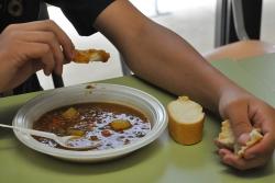 Jove dinant al menjador social RAI-ESO a Montornès (imatge d'arxiu)