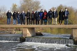 """Foto de grup dels representants de les administracions que han assistit a la presentació del projecte """"Viu el Besòs!""""."""