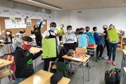 Alumnat de l'Escola Palau d'Ametlla amb els calendaris solidaris (imatge: Escola Palau d'Ametlla)