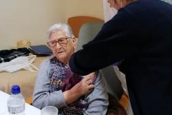 Una usuària de la Residència Masia Alsina rep la vacuna contra la COVID-19. (imatge: Residència Masia Alsina)