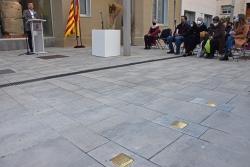 Un moment de l'acte de col·locació de les llambordes Stolpersteine a la plaça de la República
