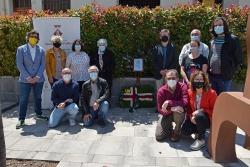 Representants i treballadors municipals, amb la veïna Ventureta Ballús, després de fer l'ofrena