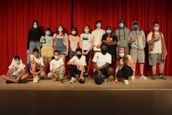 Foto de família amb els infants i joves del CI La Peixera i del CJ Satèl·lit que participen en el projecte de teatre social