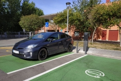 Punt de recàrrega per a vehicles elèctrics a l'aparcament del CEM Les Vernedes