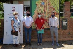 D'esquerra a dreta, la regidora de Promoció del municipi, Mercè Jiménez; l'alcalde, José A. Montero; la gerent de Can Sala, Roser Giribets, i el conseller de Turisme del CCVO, Àlex Valiente.
