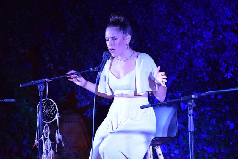 La cantautora local Ariana Zar actuant en format acústic.