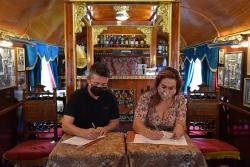 L'alcalde, José A. Montero, i la codirectora del Circ Raluy, Louisa Raluy, en un moment de la signatura del conveni.