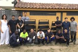 Els nois del mòdul de Fabricació Mecànica i d'ajust i soldadura del PTT amb la directora de la Biblioteca, Gloria Catafal