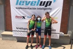 Laia Rodríguez, Júlia Villanueva i Arnau Pérez després de la competició. (imatge: Club Triatló Montornès)