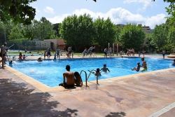 Moment del salt col·lectiu a les piscines d'estiu
