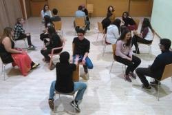 Grup de joves realitzant un dels tallers que ofereix Teatre al buit (imatge: Teatre al buit)