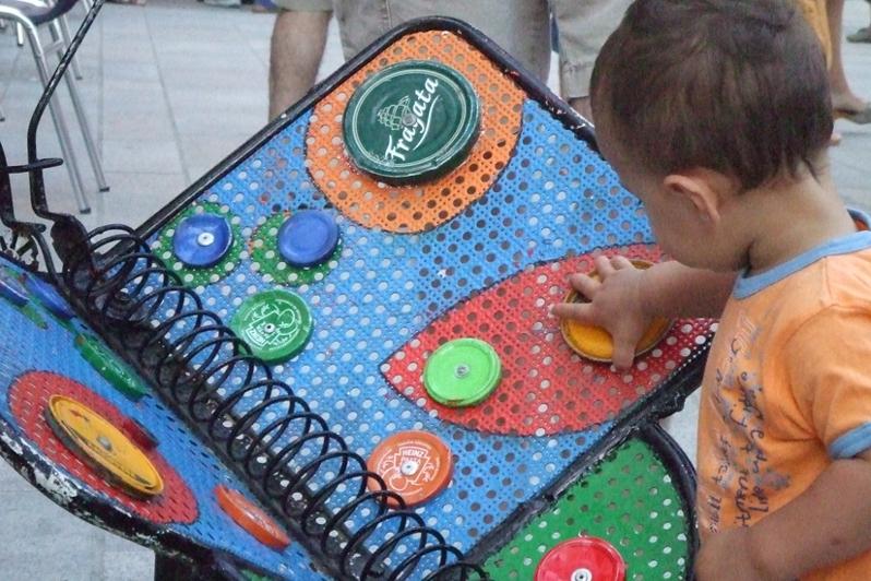 Un infant jugant a un dels jocs de l'Animalada. (imatge: Katakrak)
