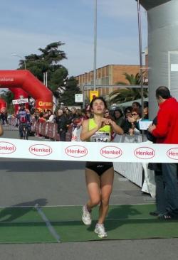 Arribada a la meta de la guanyadora en categoria femenina, Ninfa Estela Chávez