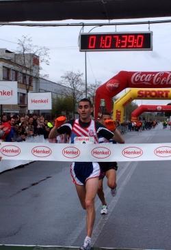 El guanyador de la cursa Jose Ríos Ortega, seguit de prop pel segon classificat Mohamed Benhmbarka