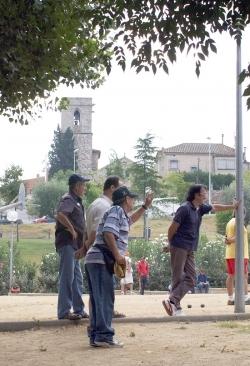 Campionat de petanca per a la gent gran a les pistes de l'església de Sant Sadurní