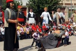 Dansa de la batalla, a la plaça de Joan Miró