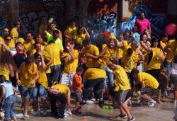 Guerra de globus d'aigua a la plaça de Joan Miró