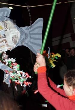 """Dimecres de cendra - Trencament de la """"Sardina-pinyata"""" al Casal de Cultura"""