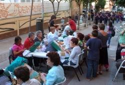 Els grallers arriben a al carrer de Jaume Balmes, a l'exhibició de puntaires