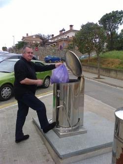 L'Eduardo González sempre fa servir els contenidors per a les escombraries