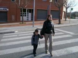 La Lourdes Morales ensenya al seu fill a creuar el carrer pel pas de vianants