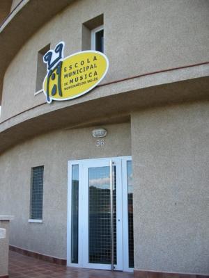 L'Escola Municipal de Música, l'Escola de Dansa i l'Aula de Teatre tenen la seu al carrer de Can Parera